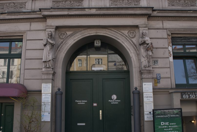 Entrance to the Mehringdamm 43 tenement building, 2018.