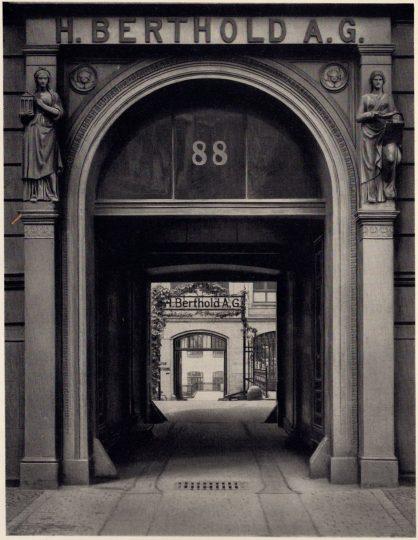 The entrance to the Belle-Alliance-Straße 88 (now Mehringdamm 43) tenement building, c.1921.