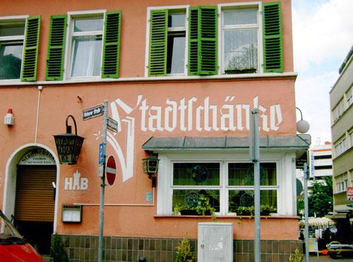 Das Schild der Stadtschänke in Offenbach.